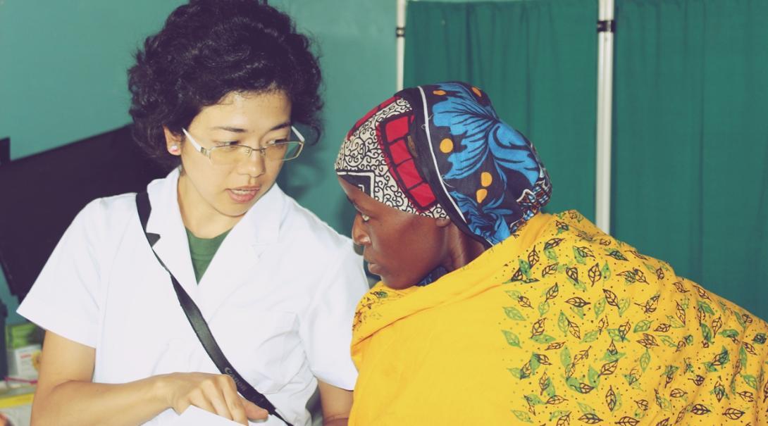 現役の日本人助産師がタンザニアの妊娠中の若い女性を診察